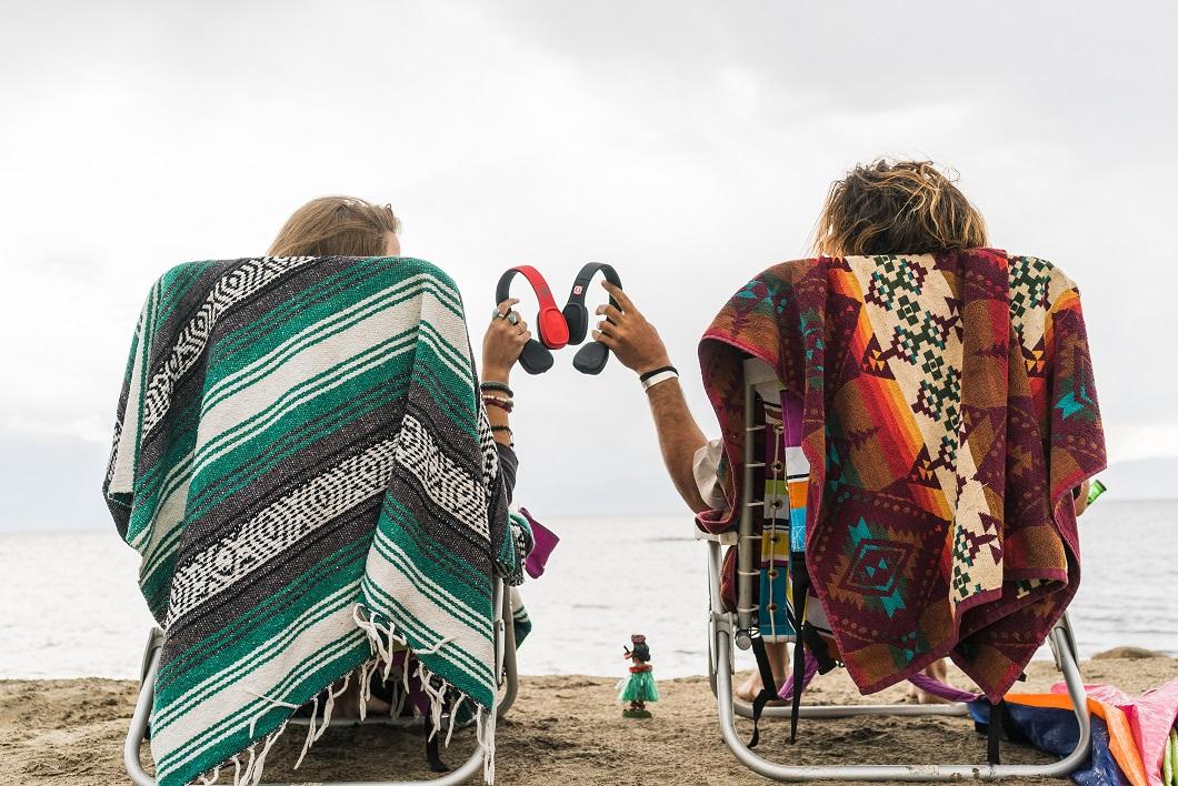 OT1900-R-B-Cabos-Beach-Couple-Lifestyle (2)